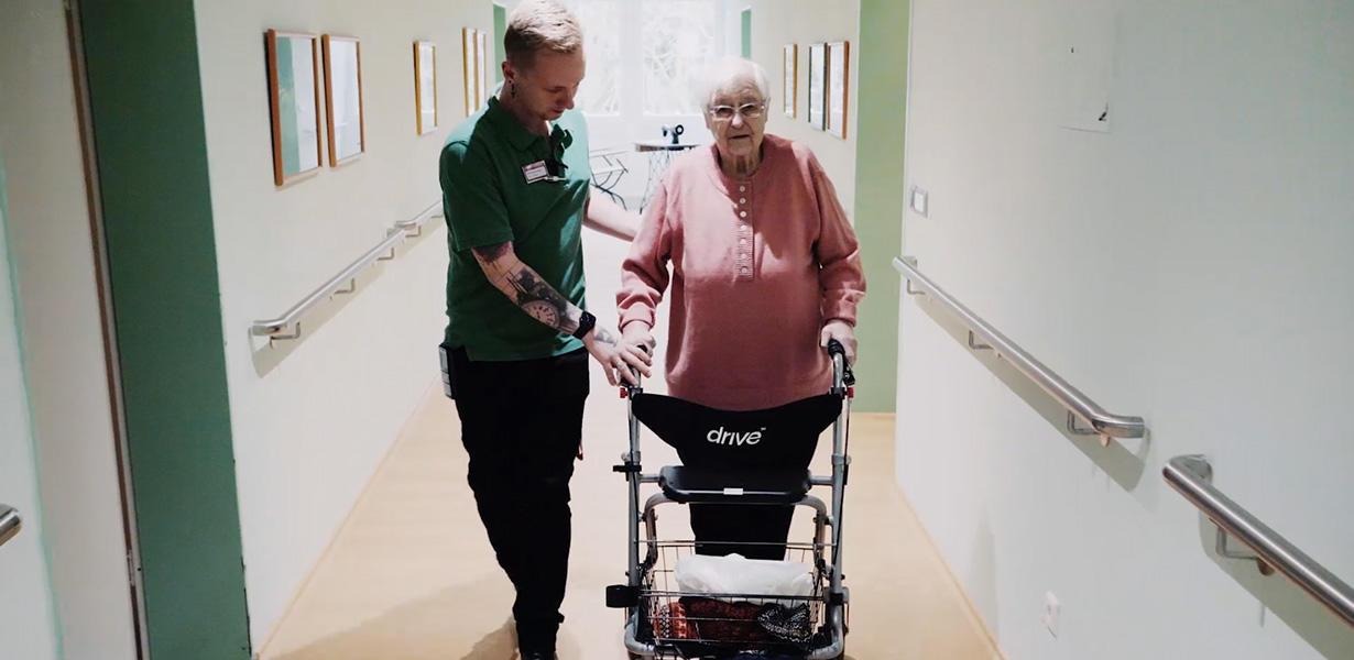 Pfleger mit älterer Dame