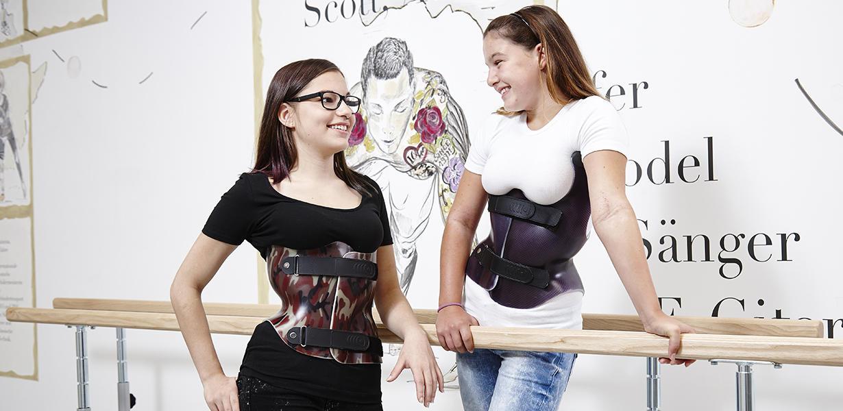 Mädchen tragen Korsett